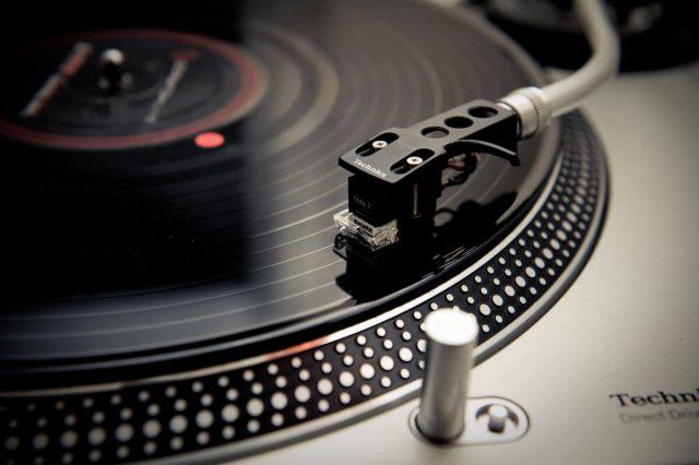 записанный на винил звук воспроизводится с помощью стереоголовки проигрывателя
